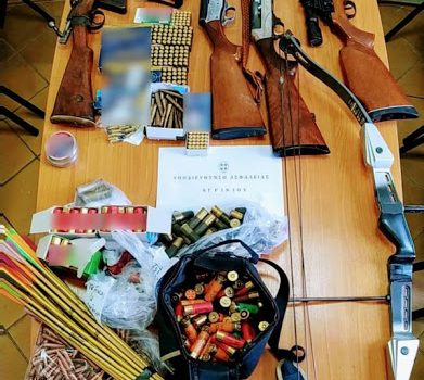 Είχε οπλοστάσιο στο σπίτι του στο Καινούργιο: Από καλάζνικοφ μέχρι τόξο